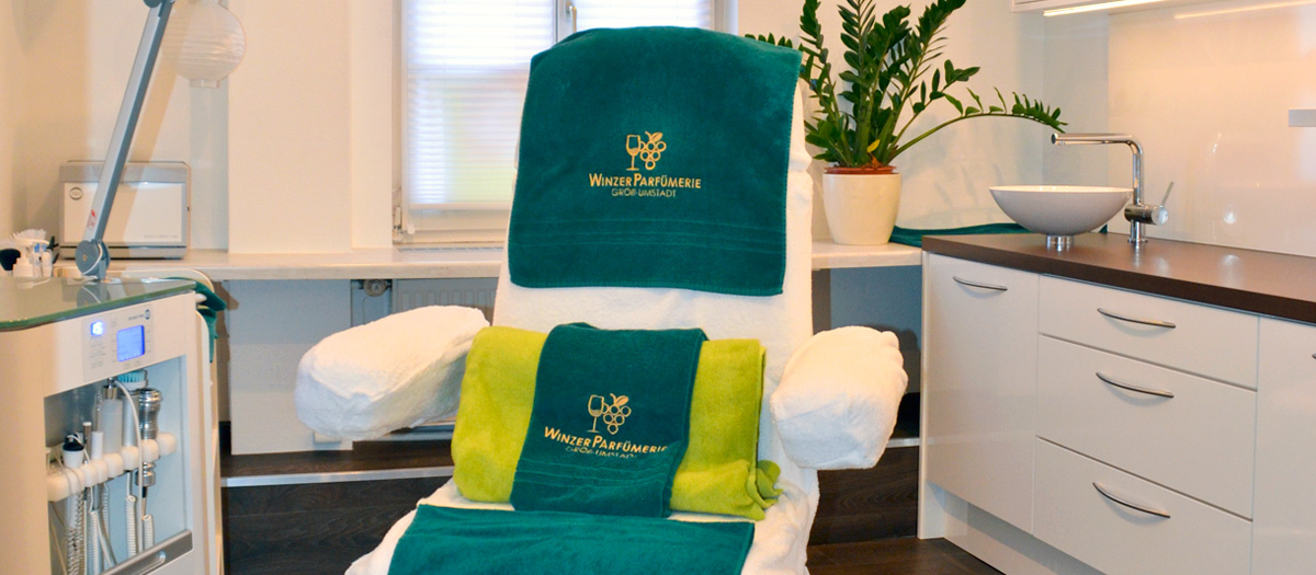Behandlungsliege im Beauty Center der Winzer Parfümerie